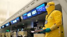 Pracownik lotniska w ochronnym ubiorze po zakończeniu odprawy wszystkich ewakuowanych (PAP/Arek Rataj)
