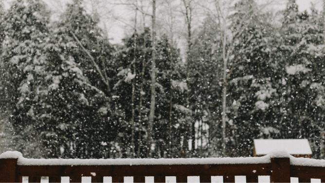 Najpierw mocno sypnie śniegiem, potem przyjdzie wiatr. Ostrzeżenia i prognozy